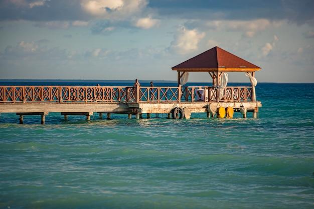 Pier à dominicus au coucher du soleil en république dominicaine