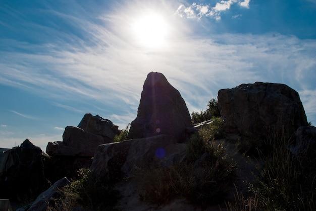 Pierre aligner le coucher de soleil vertical, pierre droite, soleil du soir, fond seul rock
