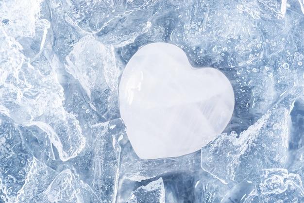 Pierre blanche dans la glace