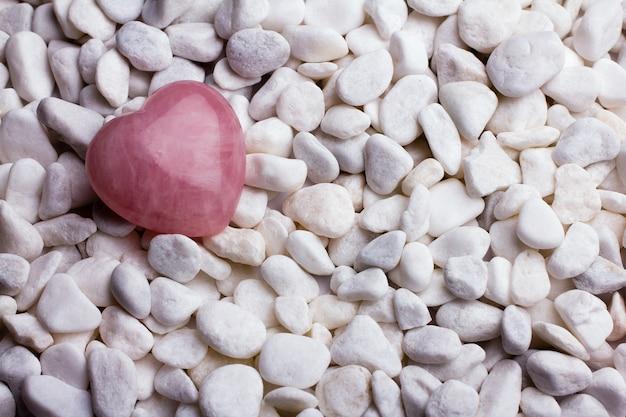 Pierre de coeur rose sur le fond de pierre de spa.