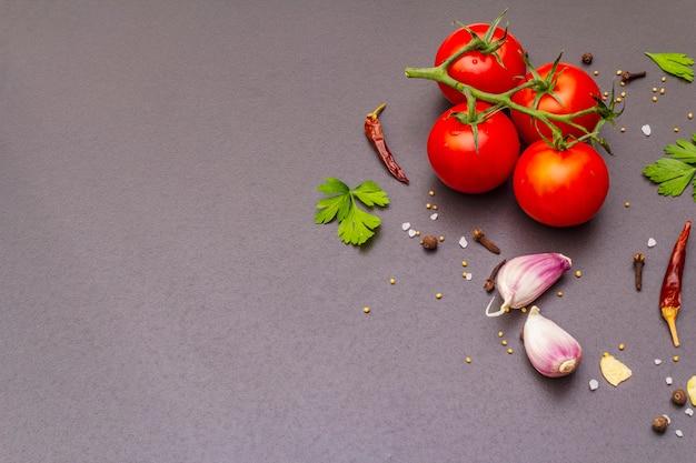 Pierre à cuire aux épices, herbes, tomates