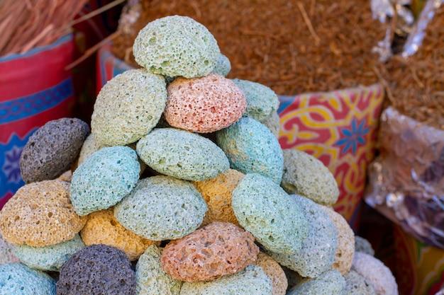 Pierre ponce volcanique multicolore dans le bazar oriental.