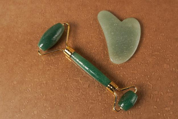 Pierre de quartz verte gua sha pour le massage du visage sur brun