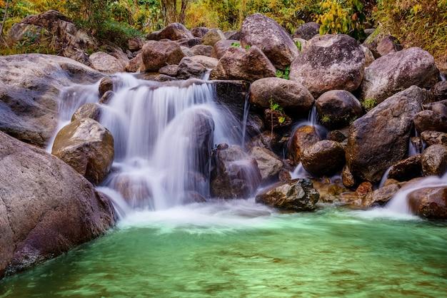 Pierre de rivière et cascade