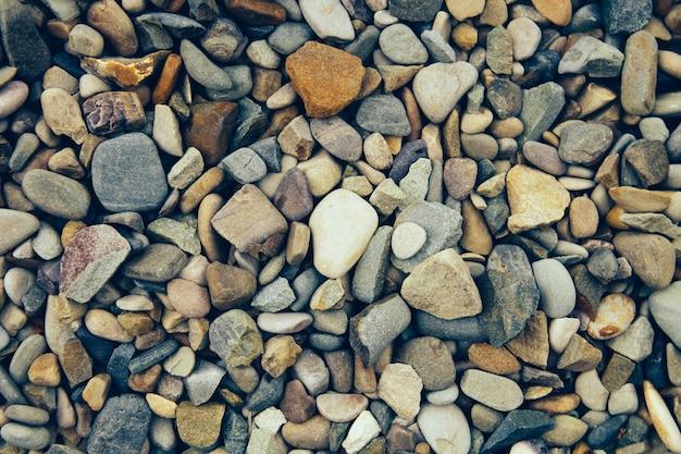 Pierre de rivière colorée comme texture. texture de fond abstrait. vue de dessus.