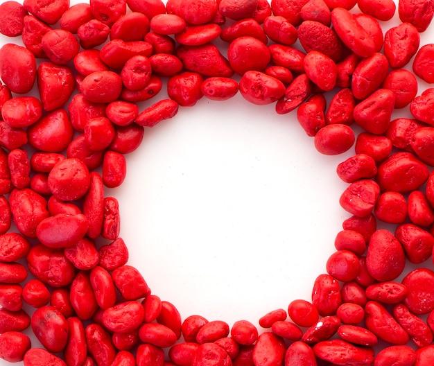 Pierre rouge créative sur blanc