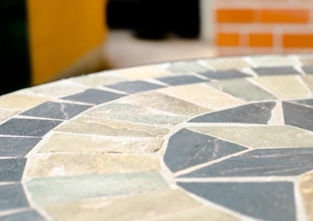 Pierre de table en mosaïque au café dans le jardin