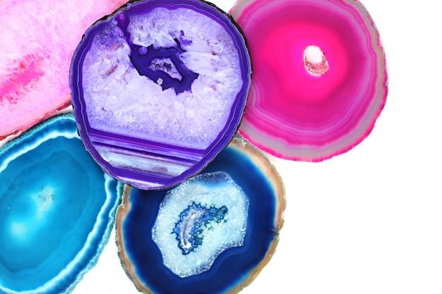 Pierres d'agate. ensemble de pierres d'agate roses, turquoises, bleues, violettes, isolés sur fond blanc