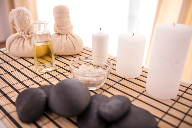 Pierres de basalte zen, huile de spa et sel marin.