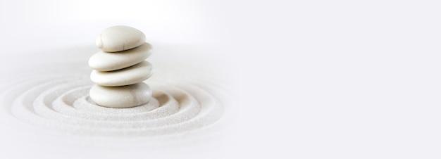 Des pierres blanches s'entassent dans le sable. scène de fond de jardin japonais zen. horizontal