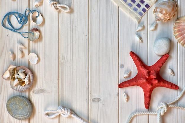 Pierres, coquillages et nœuds sur des planches en bois clair