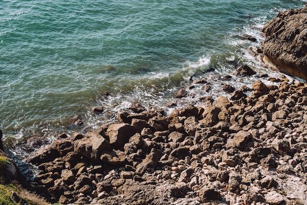 Pierres sur la côte de la mer