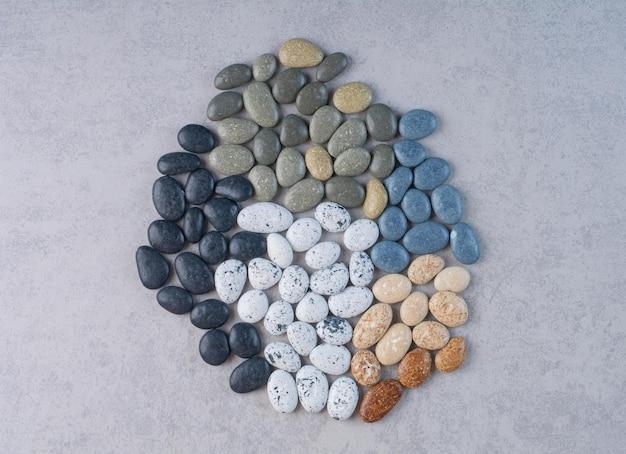 Pierres de couleur pastel pour l'artisanat sur une surface en béton.