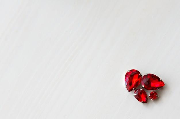 Pierres cristaux perles de différentes tailles sur fond de bois dans le coin