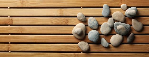 Pierres sur le fond de bambou. concept zen