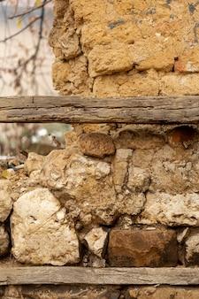 Pierres et gravier avec surface rugueuse et bois