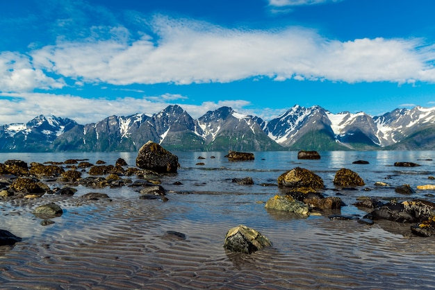 Pierres de norvège sur la côte de la mer de norvège