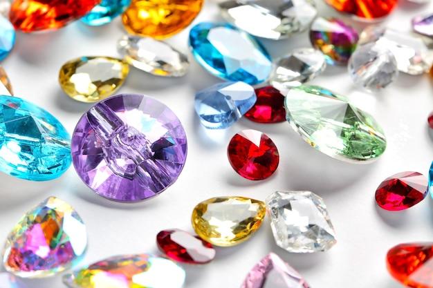Pierres précieuses colorées pour bijoux sur blanc
