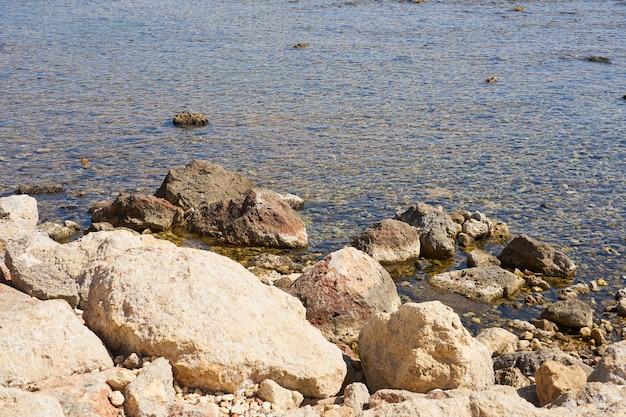 Pierres sur le rivage de la mer tropicale chaude en crète.