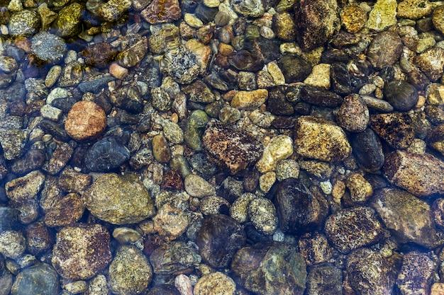 Pierres rondes au fond de la rivière