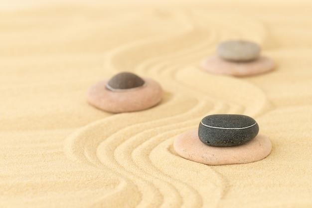 Des pierres sur le sable