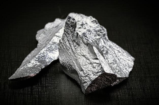 Pierres de silicium pur isolées sur surface noire