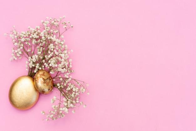 Pierres de spa et fleur rose sur fond rose