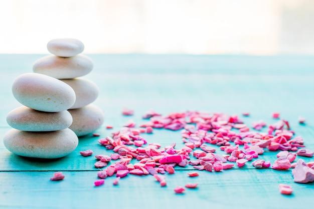 Des pierres de spa font des pyramides de balances. cailloux, le concept de santé et de détente
