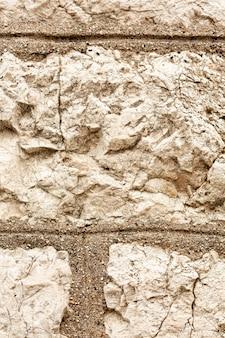 Pierres à surface rugueuse et fissures