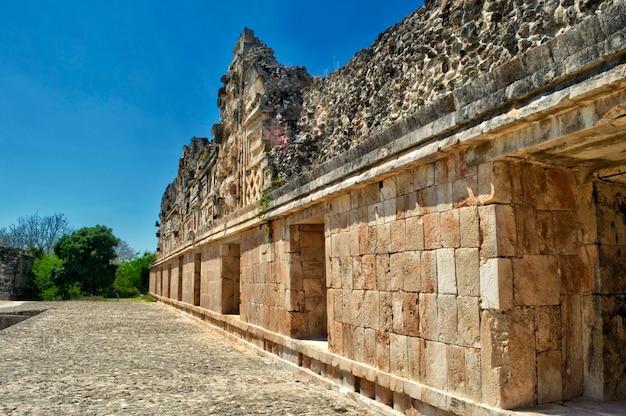 Pierres taillées dans les bâtiments entourant la cour d'uxmal. site archéologique d'uxmal, situé au yucatan. belle région touristique.
