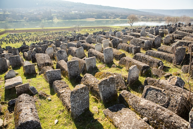 Pierres tombales au cimetière juif médiéval en république de moldavie