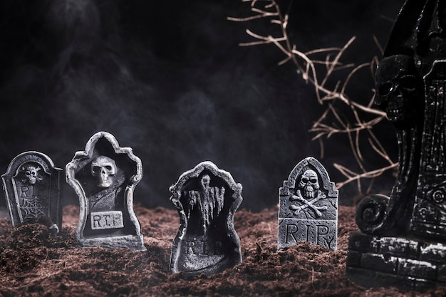 Pierres tombales et branches au cimetière de nuit