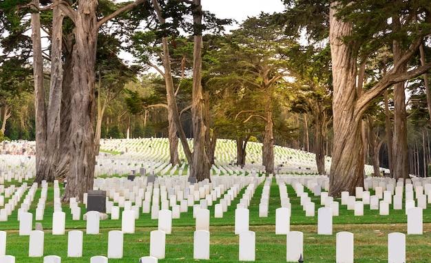 Pierres tombales sur le cimetière national des états-unis