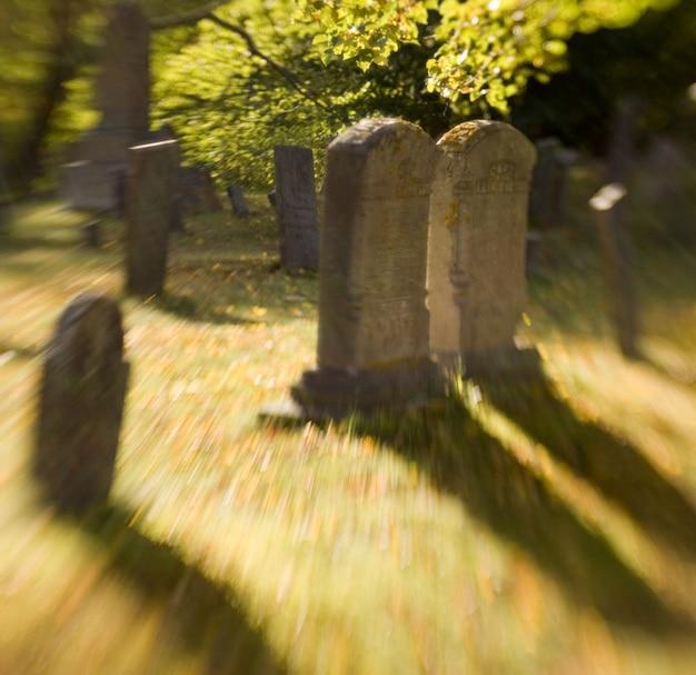 Pierres tombales sur cimetière