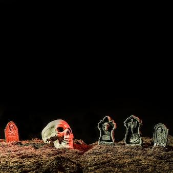 Pierres tombales et crâne sur le sol