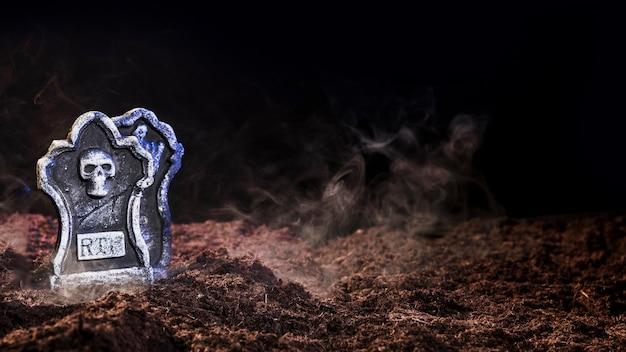 Pierres tombales sur sol marron avec brouillard