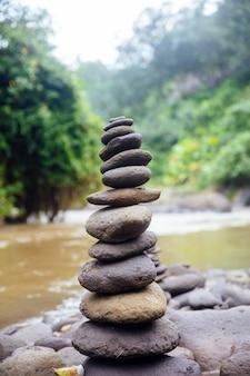 Pierres zen empilées à la cascade tegenungan à bali, indonésie