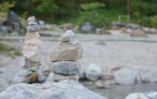 Des pierres zen empilées sur le rocher au milieu d'un parc forestier à kusatsu gunma, japon.