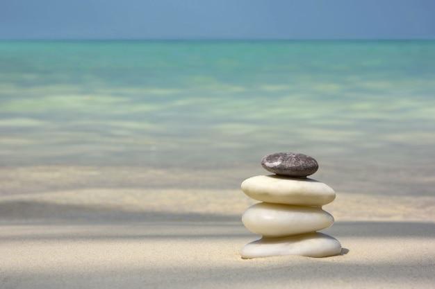 Pierres zen sur la plage gros plan
