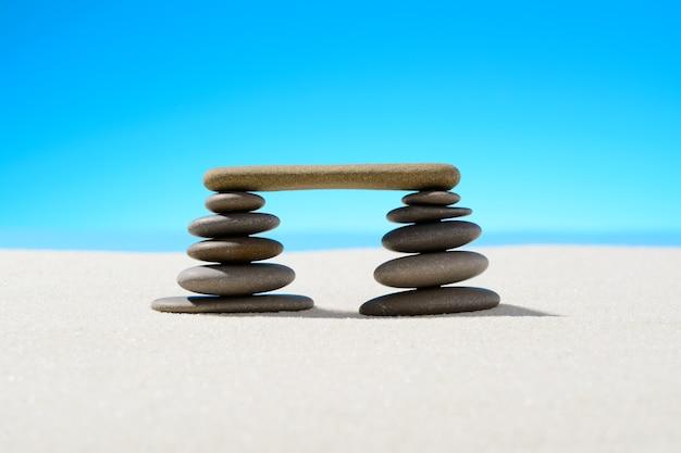Pierres zen sur la plage de sable