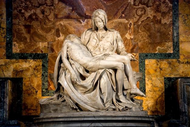 La pietà de michel-ange à r. la basilique de peter dans la ville vatican
