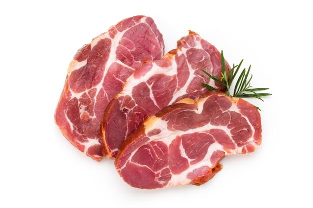 Pieu de viande de porc frais isolé sur blanc
