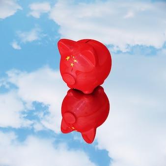Piggy chineses posé sur le miroir de réflexion avec le ciel.