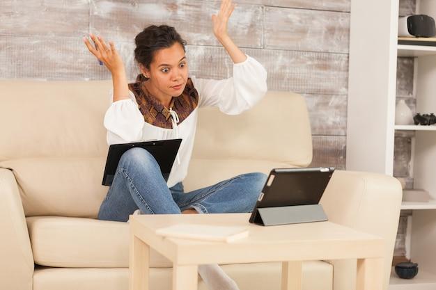 Une pigiste confuse lors d'un appel vidéo alors qu'elle travaillait à domicile.