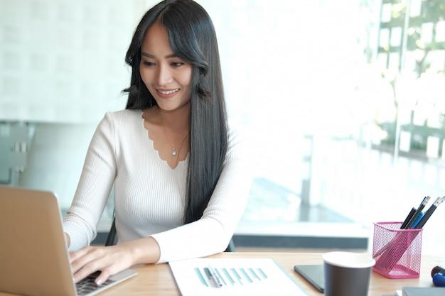 Pigiste de femme d'affaires travaillant avec ordinateur. femme analysant les données. étudiant, étudier, faire, devoir