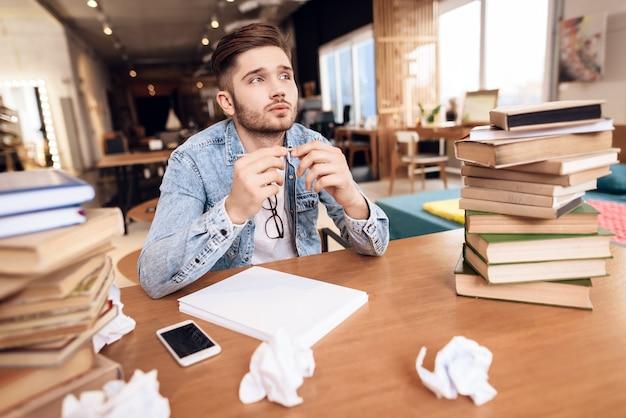 Pigiste prenant un papier noteson assis au bureau.