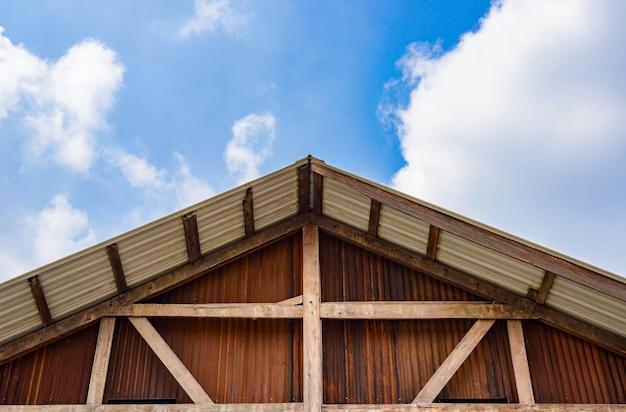 Pignon de maisons en bois et murs galvanisés