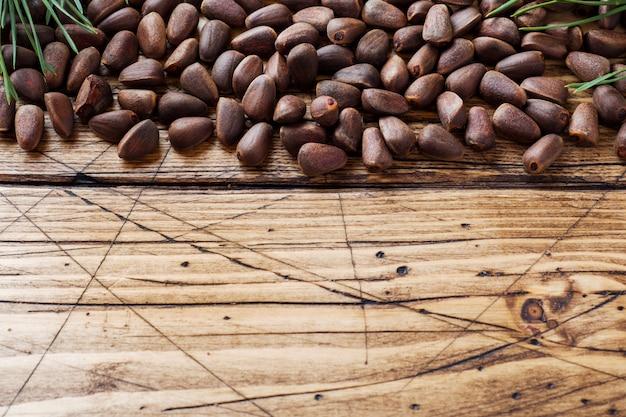 Pignons de pin sur une surface en bois