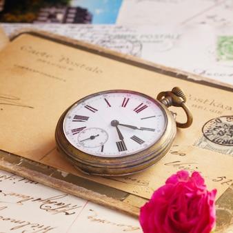 Pil de vieilles lettres et horloge antique