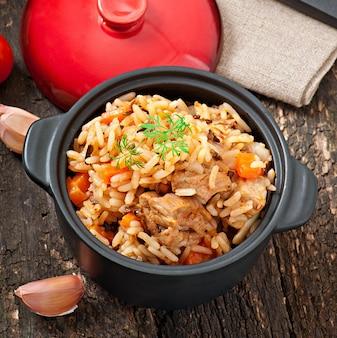 Pilaf - bouillie de riz avec viande et épices
